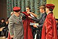 ТДМУ - Вручення дипломів випускникам 2016 - Студенти допомагають Альфреду Овоцу вдягнути мантію почесного професора ТДМУ- 16063184.jpg