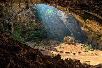 Královský altán v jeskyni Pchraja Nakchon ležící v thajském Národním parku Khao Sam Roi Yot