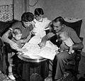 07-01-1954 12569L Wim van Est en gezin.jpg