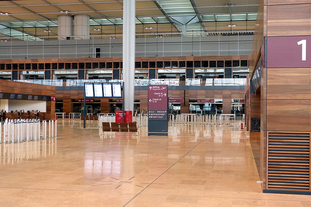 Flughafen Berlin-Brandenburg, Blick in die Abflughalle. Muns, CC BY 3.0 <https://creativecommons.org/licenses/by/3.0>, via Wikimedia Commons