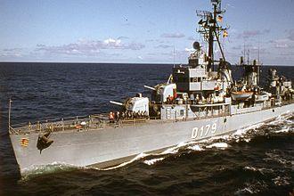 USS Dyson (DD-572) - Zerstörer 5 preparing for replenishment at sea