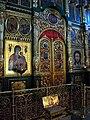 2011-05-12 Вид на центральную часть главного иконостаса, царские врата и ковчег с мощами Храма Живоначальной Троицы в Листах - panoramio.jpg