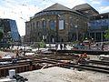 2016-05-25, Gleisbau auf der Freiburger Bertoldstraße und dem Platz der Alten Synagoge, dahinter das Theater un.jpg