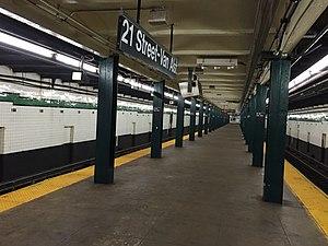 21st Street (IND Crosstown Line) - Image: 21 St Platform