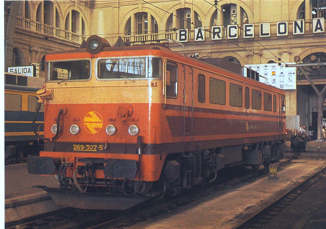 Locomotora 269.300 con decoración estella. Foto de Salim Virji en la estación de Francia de Barcelona