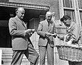 Aanvang Unicef-actie. Mr. J. Klaasesz en burgemeester Kolfschoten kopen coup, Bestanddeelnr 912-9591.jpg