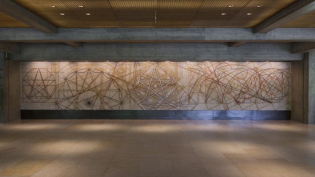 "Hall d'entrée du musée Calouste Gulbenkian à Lisbonne par Almada Negreiros, ""Começar"" (1969). Photo de Manuelvbotelho."