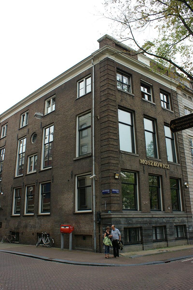 Hoekhuis met gevel met gelaagde hoeklisenen en rechte for Herengracht amsterdam