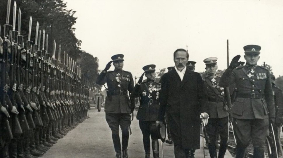 Antanas Smetona inspects the Lithuanian Army soldiers