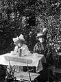 Arild Gyllenstierna, Erika sitter i trädgården och dricker kaffe - Nordiska Museet - NMA.0057182.jpg