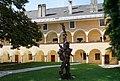Arkadenhof Stift Millstatt, Skulptur von Karl Karner.jpg