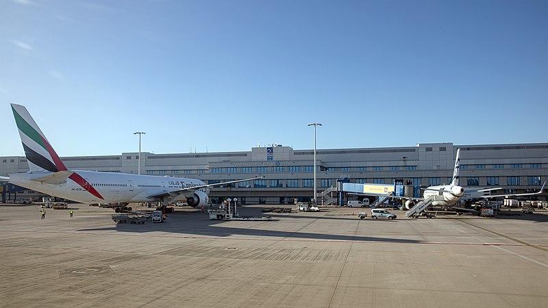 Datei:Athens International Airport Eleftherios Venizelos Διεθνής Αερολιμένας Αθηνών Ελευθέριος Βενιζέλος 2019-12-01 e.jpg