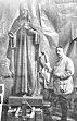 August Falise bij een Heilig Hartbeeld.jpg