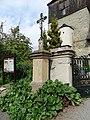 Březina (MB), kříž před kostelem.jpg