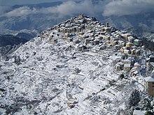 Panorama innevato del borgo di Bajardo, nell'imperiese.