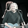 Barry Gibb Hollywood Bowl-0545 (14365129281) (cropped).jpg