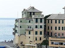 Alcune case presso la marina, edificate sulle fondamenta di un antico castello.