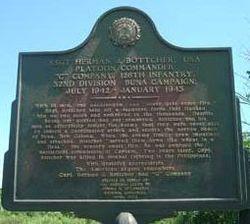 Мемориальная доска у входа в деревню Буна, посвященная Герману Ботчеру и 32-й пехотной дивизии Красной стрелы.