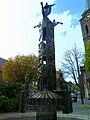 Bronzebrunnen an der Kath. Pfarrkirche St. Hubertus - panoramio.jpg