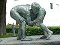 Brunnen Skulptur, Zwei Ringende Knaben, von Urban Blank (1923) Bildhauer, Allee Schulhaus, Wil, St.Gallen.jpg