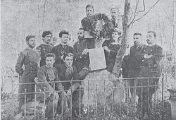 Bulgarian students on Rayko Zhinzifov grave in Moscow.jpg