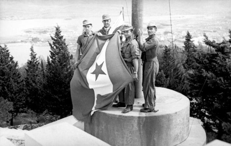 Bundesarchiv Bild 101I-049-1553-31, Jugoslawien, Split, Flaggenwechsel
