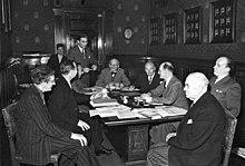 erich kstner 4vl sitzend bei der ersten tagung des neugegrndeten pen zentrums deutschland 1949 in hamburg - Erich Kastner Lebenslauf