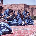 COLLECTIE TROPENMUSEUM Dansgroep uit de westelijke Sahara tijdens het Nationaal Folkore Festival te Marrakech TMnr 20017655.jpg