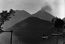 COLLECTIE TROPENMUSEUM Gezicht op het eiland Konga en de dubbele vulkaan Lewotobi die bestaat uit de Perampuan en de Laki-Laki TMnr 60007249.jpg