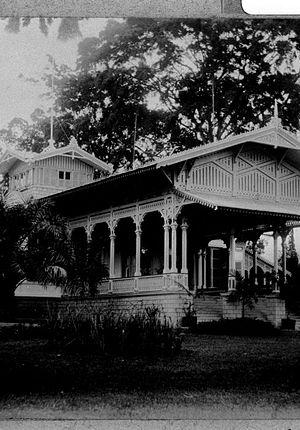 Istana Cipanas - Image: COLLECTIE TROPENMUSEUM Tjipanas West Java bergverblijf van de gouverneur generaal vooraanzicht hoofdgebouw T Mnr 60013644