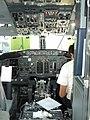 Cabina de un boeing 737-300.jpg