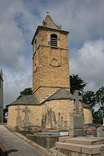 Chapelle Saint-Germain de Querqueville.La nef et les trois absides sont en plaquettes de schiste disposées en arête-de-poisson. La tour ajoutée au XVIIe ou XVIIIe siècle est en assises horizontales