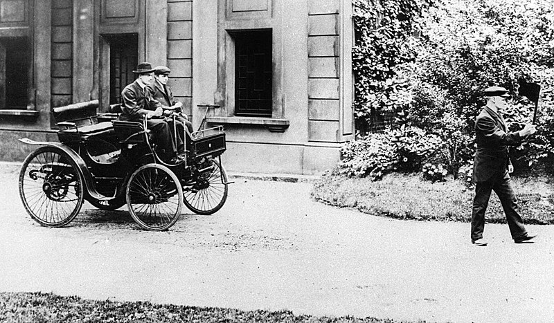 800px-Charles_Rolls_driving_a_Peugeot_1896.jpg