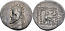 Foto van de voorzijde en achterzijde van een muntstuk van Phraates III weergegeven met een tiara