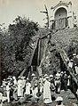 Collectie Nationaal Museum van Wereldculturen TM-60062031 Een groep toeristen bij de fontijn van Fort de France Martinique fotograaf niet bekend.jpg