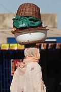 Commerçante ambulante dans les rues de Ouagadougou.jpg