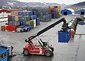 Containeromlasting i Orkanger havn (7093121153).jpg