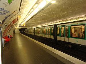 Couronnes (Paris Métro) - Image: Couronnes quai rame