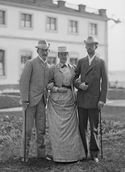 Prince Maximilian (left) with his cousin Victoria of Baden and her husband Crown Prince Gustaf of Sweden (later king Gustaf V), Tullgarn Palace, about 1890. Crown princess Victoria of Baden with Max von Baden and crown prince Gustav in the 1890s.jpg