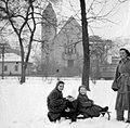 Családi fotó, 1957. a háttérben a Ferences Mária Missziós Nővérek temploma Fortepan 18579.jpg