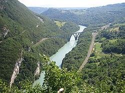 Le viaduc de Longeray franchit le Rhône dans le défilé.