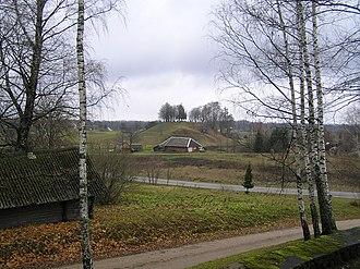 Daugailiai - Image: Daugailiu piliaklanis nuo Daugailiu kapiniu