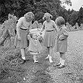 De prinsessen Beatrix, Irene, Margriet en Christina wandelen in het park van het, Bestanddeelnr 255-7527.jpg