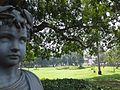 Estátua e grama.jpg