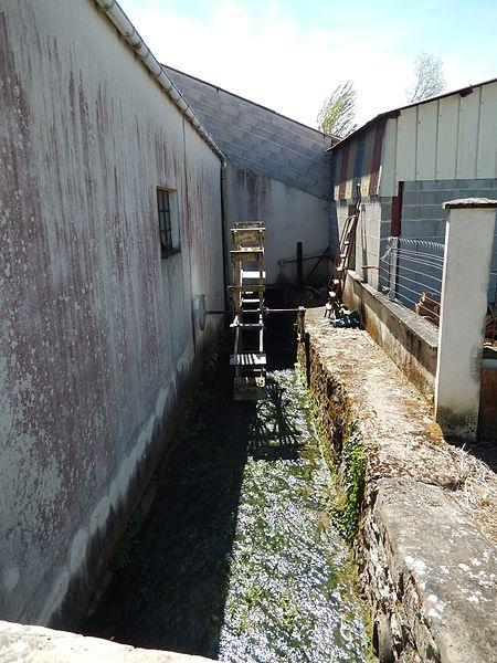 La rivière Devise coule à Beauroux, un lieu-dit de la commune de Saint-Laurent-de-la-Barrière. On remarquera la présence d'une petite roue à eau.