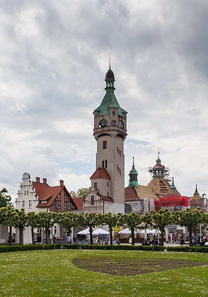 File:Faro, Plaza Zdrojowy, Sopot, Polonia, 2013-05-22, DD 02.jpg