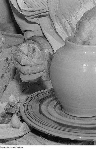 File:Fotothek df roe-neg 0006458 022 Formen eines Gefäßes mit Hilfe einer Töpferschei.jpg