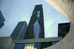English: Jeanne Gang's Aqua Tower rises distin...