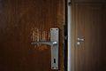 Gebrauchsspuren an einer Tür.jpg
