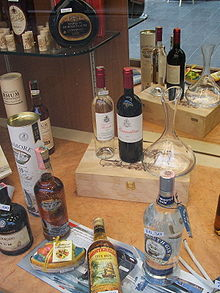Bottiglie esposte nella vetrina di un negozio di vini e liquori.
